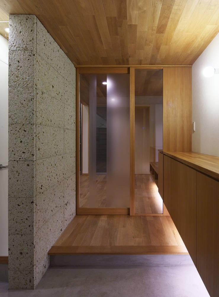 Pasillos, vestíbulos y escaleras de estilo ecléctico de かんばら設計室 Ecléctico Piedra