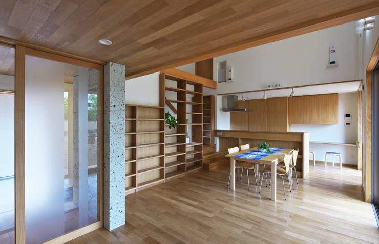 Livings de estilo ecléctico de かんばら設計室 Ecléctico