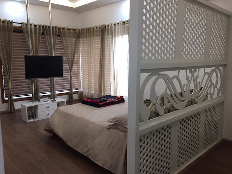 master bedroom with separate sitting area:  Bedroom by Square Designs