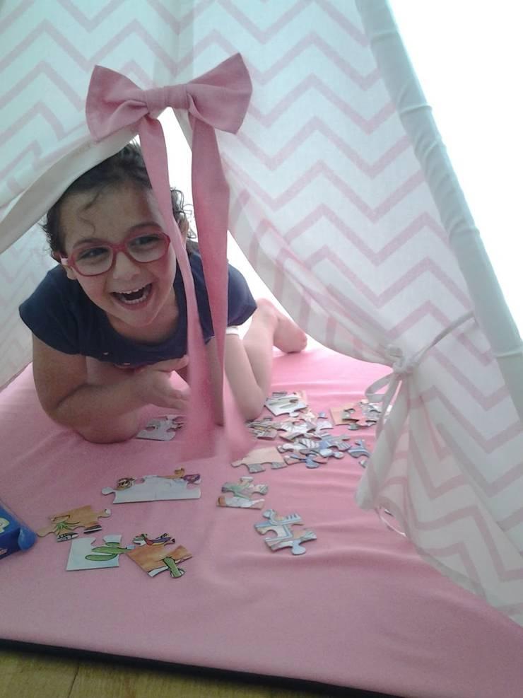 Tenda das brincadeiras - chevron rosa: Quarto de crianças  por Textilpuff