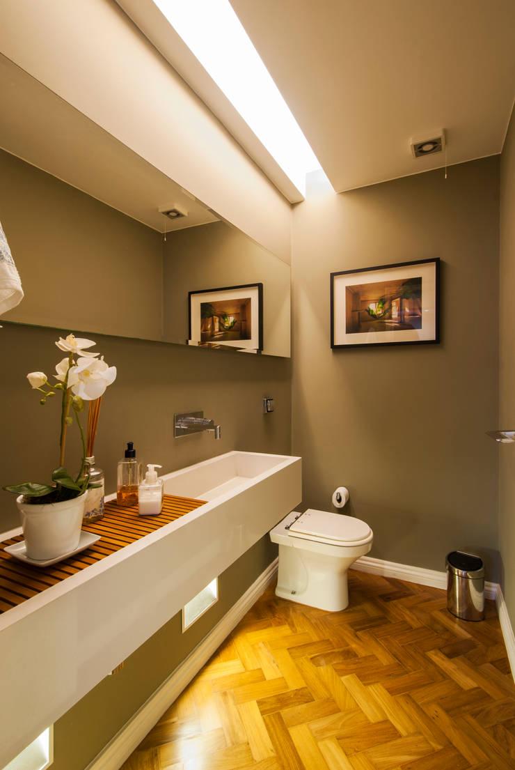 RESIDÊNCIA EURICO CRUZ | Lavabo: Banheiros  por Tato Bittencourt Arquitetos Associados
