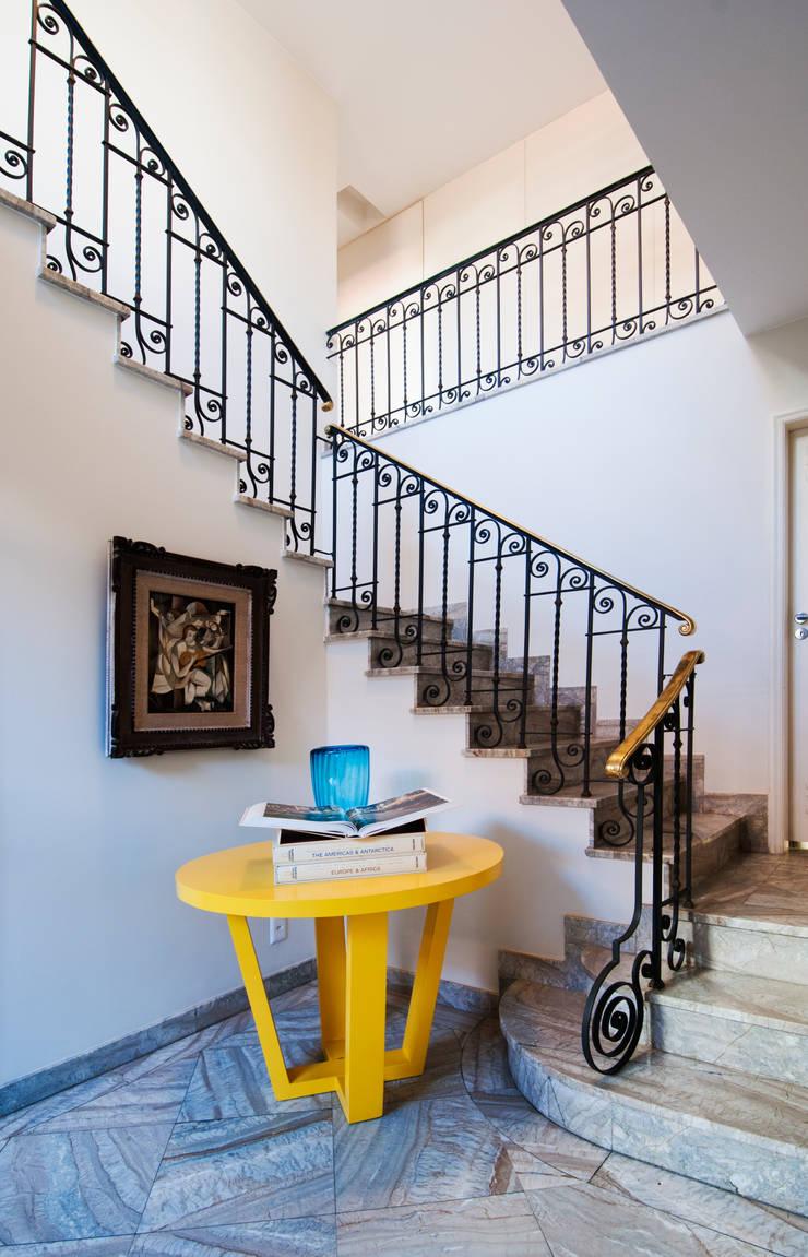 RESIDÊNCIA EURICO CRUZ | Escada: Corredores e halls de entrada  por Tato Bittencourt Arquitetos Associados