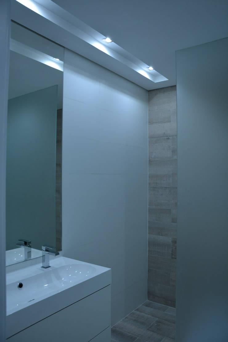 Remodelação de Anexo: Casas de banho  por Atelier de Arquitectura Susana Guerreiro