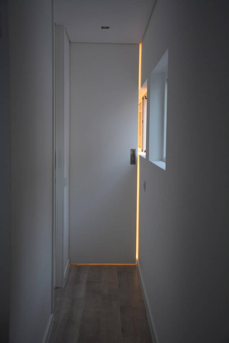Remodelação de Anexo: Corredores e halls de entrada  por Atelier de Arquitectura Susana Guerreiro