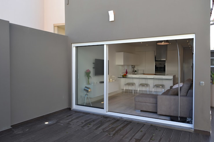 Remodelação de Anexo: Salas de estar  por Atelier de Arquitectura Susana Guerreiro