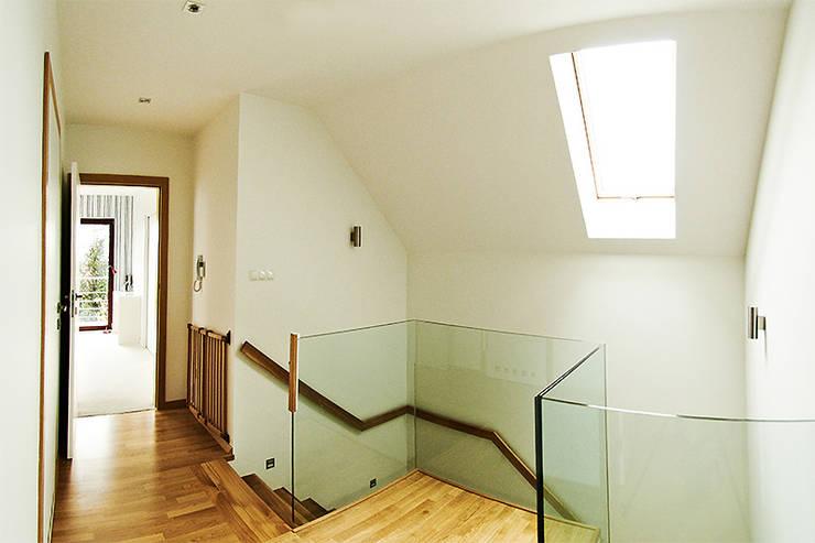 Couloir et hall d'entrée de style  par Biuro Projektów MTM Styl - domywstylu.pl