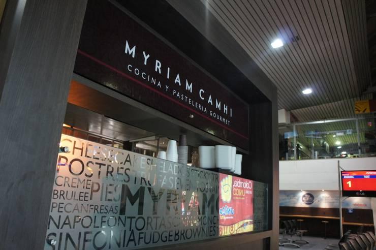 Local Myriam Camhi Aeropuerto el Dorado Bogota: Espacios comerciales de estilo  por AV arquitectos, Moderno Aglomerado