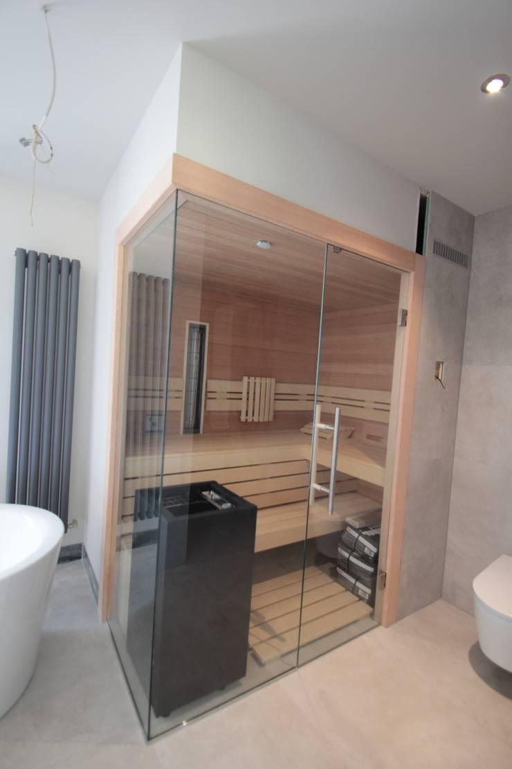 Sauna innen Hemlock, mit Glasecke. von Wellness & More GmbH | homify