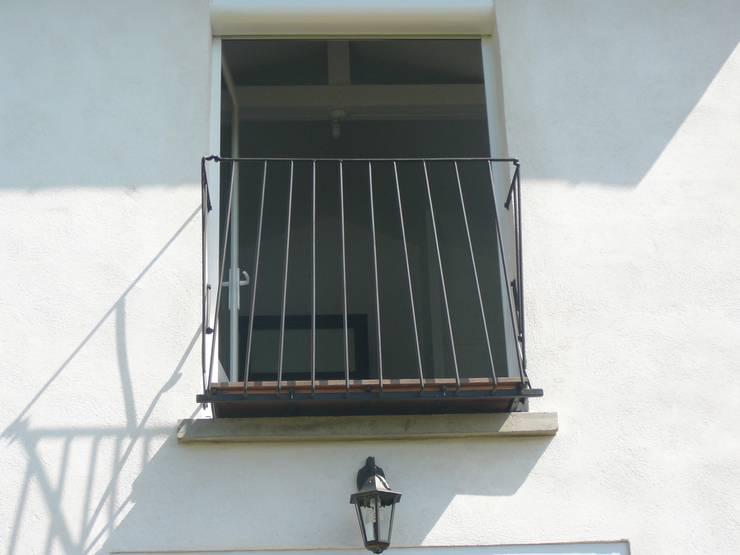 Balcon en acier et bois exotique.: Jardin de style  par ATELIER MACHLINE