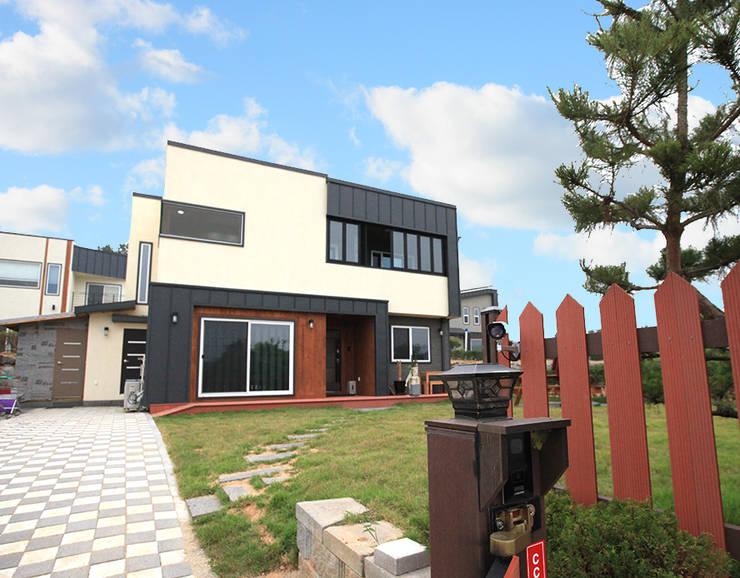 모던함 속에 고급스러움을 간직한 전원주택[충남 천안]: 지성하우징의  주택