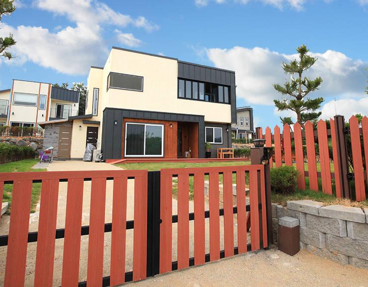 Casas de estilo moderno por 지성하우징