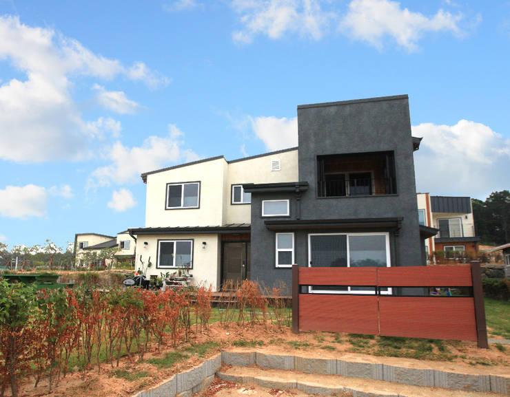 실용적인 아이디어가 돋보이는 모던스타일 전원주택[충남 천안]: 지성하우징의  주택,모던