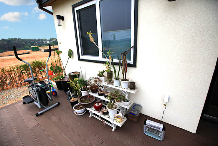 실용적인 아이디어가 돋보이는 모던스타일 전원주택[충남 천안]: 지성하우징의  베란다,모던