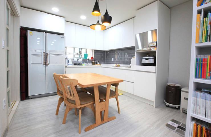실용적인 아이디어가 돋보이는 모던스타일 전원주택[충남 천안]: 지성하우징의  주방,모던