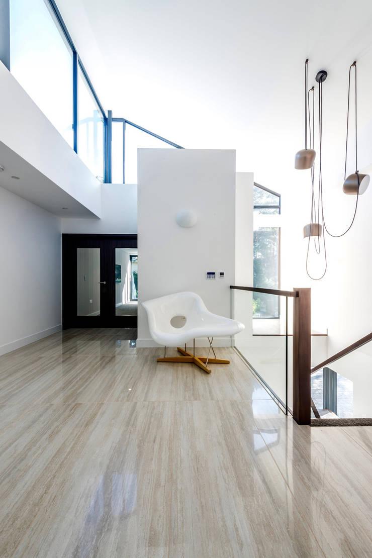 Corridor & hallway by David James Architects & Partners Ltd,
