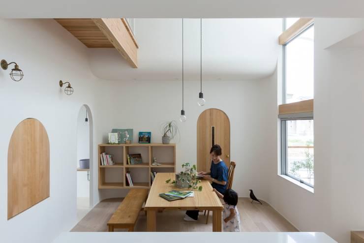 Salle à manger scandinave par ALTS DESIGN OFFICE Scandinave Bois Effet bois