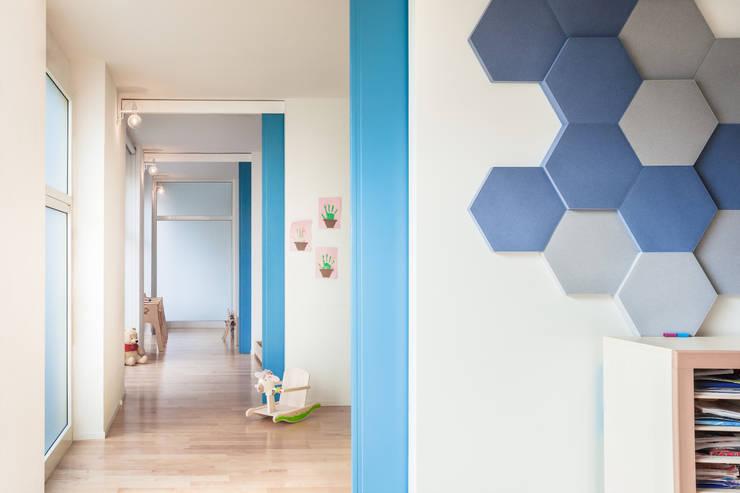 Le aule: Ingresso & Corridoio in stile  di Stefano Ferrando