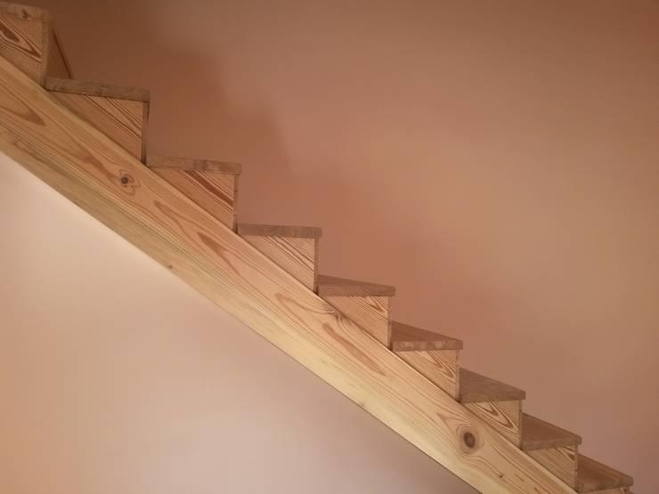 Escalera de Pinotea:  de estilo  por Diseñando Espacios