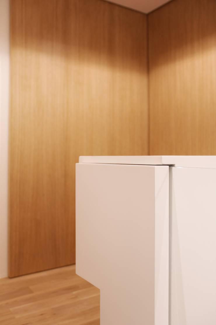Pasillos y vestíbulos de estilo  por studioSAL_14, Minimalista Madera Acabado en madera