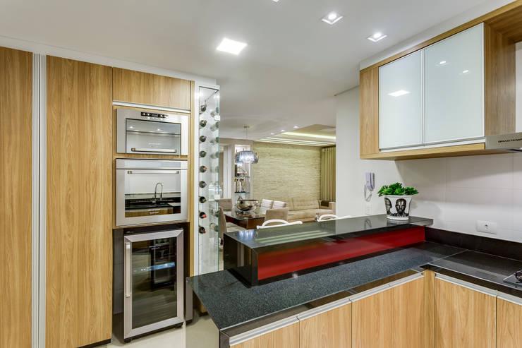 Cocinas de estilo moderno por Juliana Lahóz Arquitetura