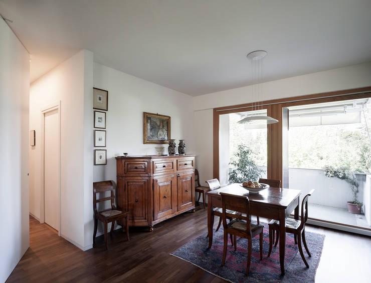 F House: Sala da pranzo in stile  di EXiT architetti associati