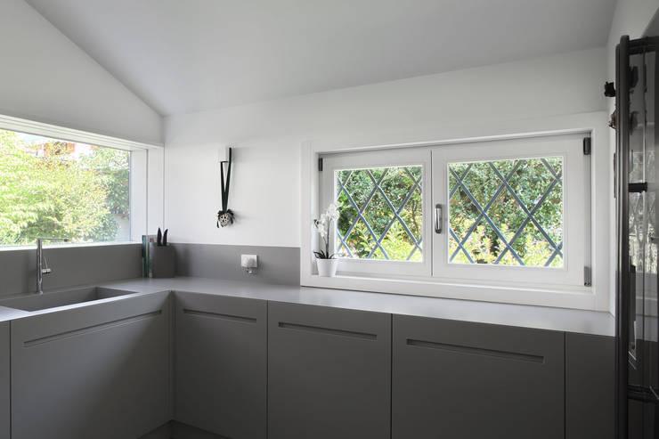 Cocinas de estilo minimalista por EXiT architetti associati