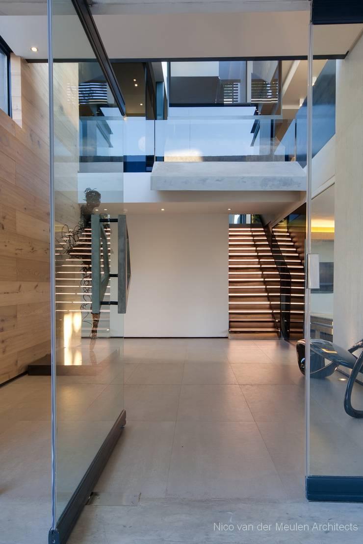 Коридор и прихожая в . Автор – Nico Van Der Meulen Architects , Модерн