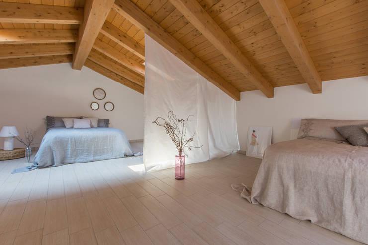 INTERVENTO HOME STAGING IN APPARTAMENTO DI NUOVA COSTRUZIONE A CESENATICO: Camera da letto in stile  di Mirna.C Homestaging