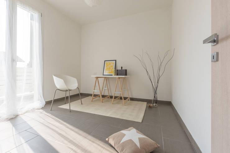 INTERVENTO HOME STAGING IN APPARTAMENTO DI NUOVA COSTRUZIONE A CESENATICO: Studio in stile  di Mirna.C Homestaging