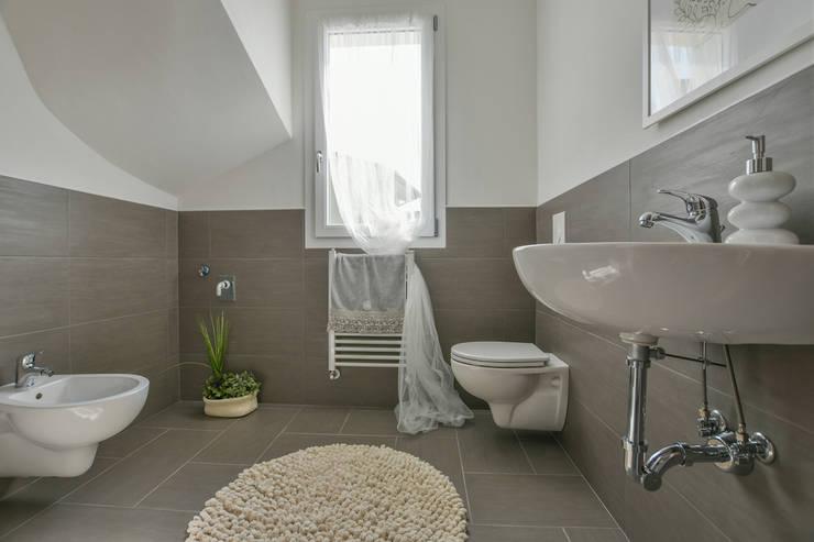 INTERVENTO HOME STAGING IN APPARTAMENTO DI NUOVA COSTRUZIONE A CESENATICO: Bagno in stile  di Mirna.C Homestaging