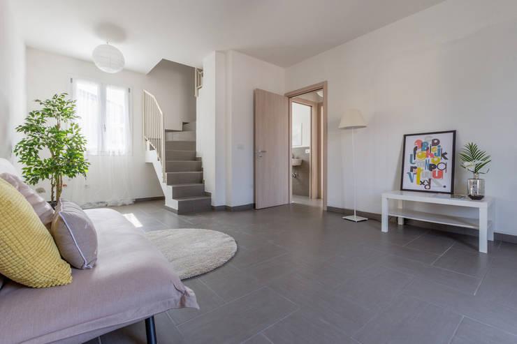 INTERVENTO HOME STAGING IN APPARTAMENTO DI NUOVA COSTRUZIONE A CESENATICO: Soggiorno in stile  di Mirna.C Homestaging