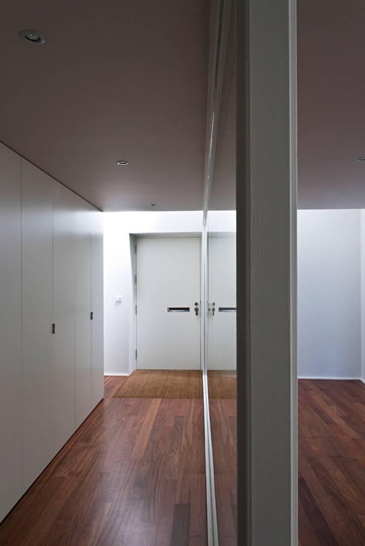 pa_house: Corredores e halls de entrada  por rui ventura | [v2a+e]