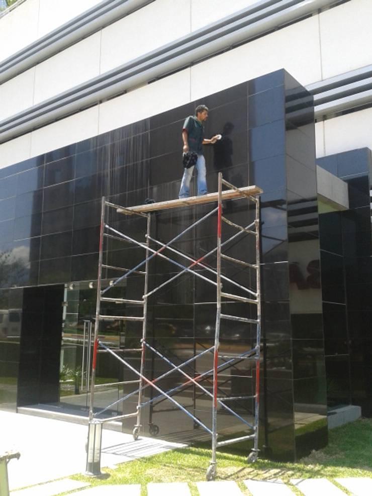 Limpieza de vidrios de altura:  de estilo  por PLANET PEOPLE