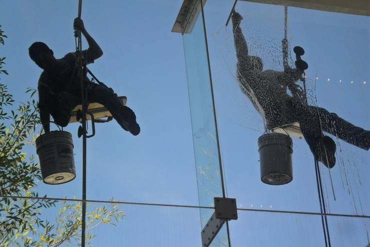 Limpieza Vidrrios de Altura:  de estilo  por PLANET PEOPLE