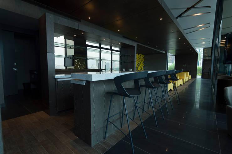 Amenidades Edificio Fuentes: Cavas de estilo  por Línea Vertical