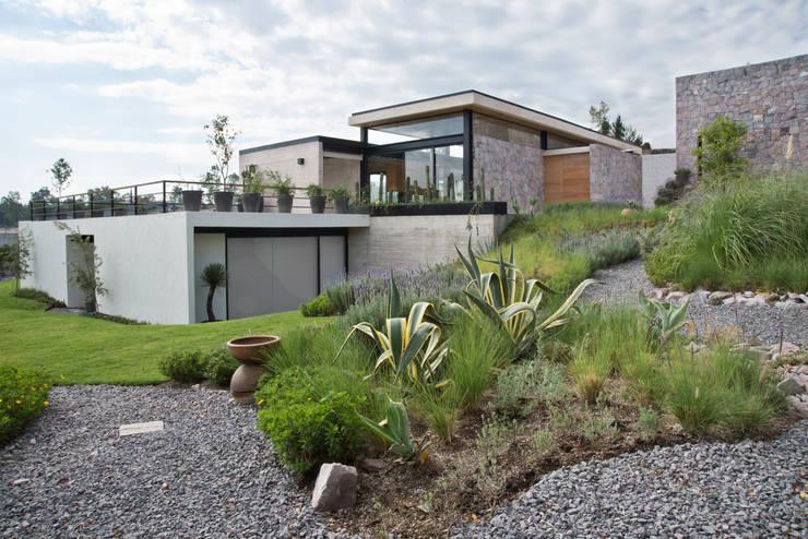 La Colina 17: Jardines de estilo  por Estudio Manuel Peredo