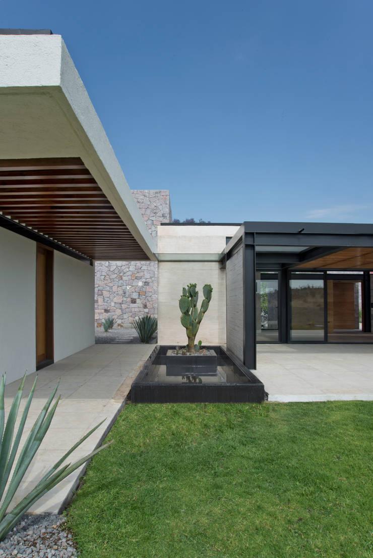 La Colina 17: Pasillos y recibidores de estilo  por Estudio Manuel Peredo