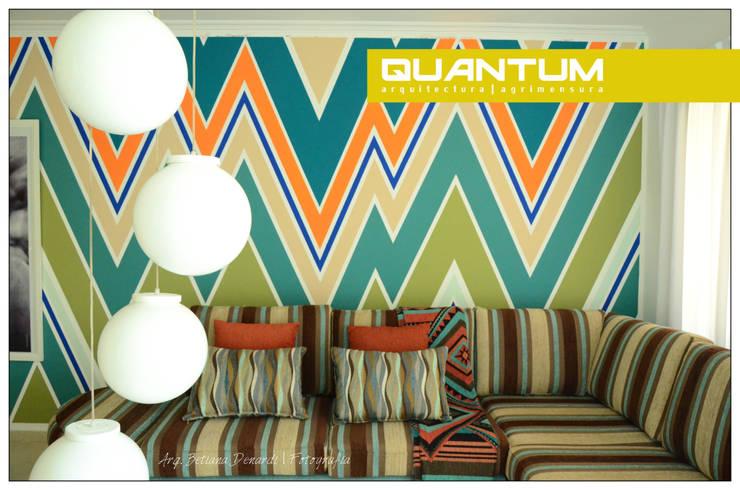 Decoración de interiores, diseño de pintura en muro interior. : Livings de estilo  por Betiana Denardi | Arquitecta