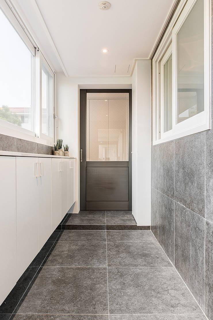 목동 1단지 아파트 인테리어_오래된 아파트의 색다른 변신: Design A3의  복도 & 현관
