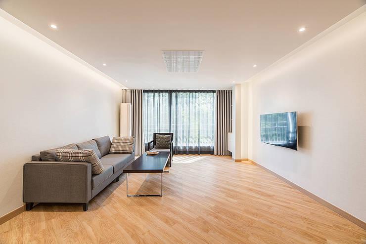 목동 1단지 아파트 인테리어_오래된 아파트의 색다른 변신: Design A3의  거실