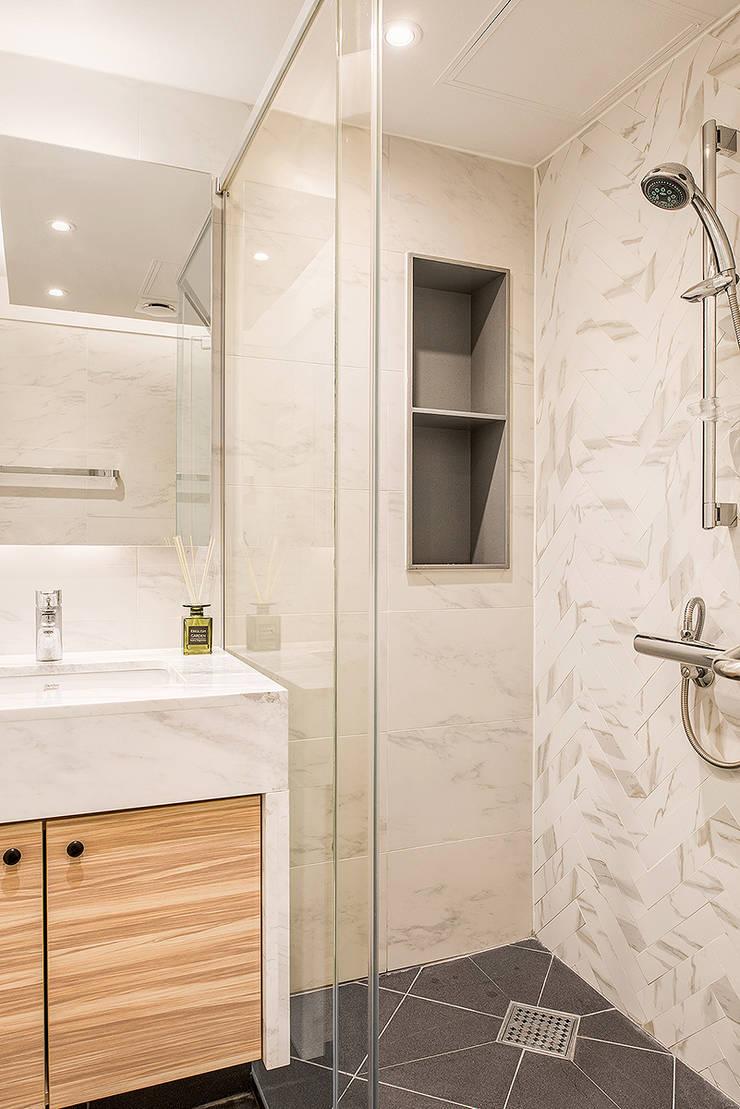 목동 1단지 아파트 인테리어_오래된 아파트의 색다른 변신: Design A3의  욕실