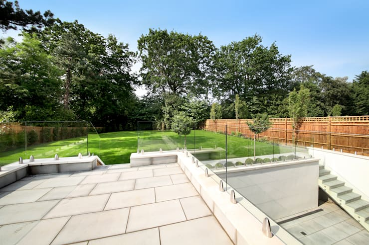 A complex project, in which #RailingLondon worked on a staircase, internal doors, interior and exterior balustrades and a Juliet balcony.: modern Garden by Railing London Ltd