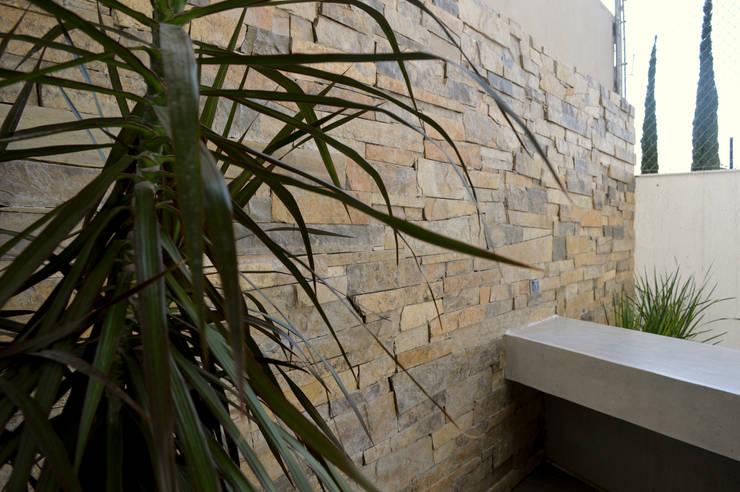 PLANTA BAJA Y JARDÍN: Terrazas de estilo  por Superficie Actual