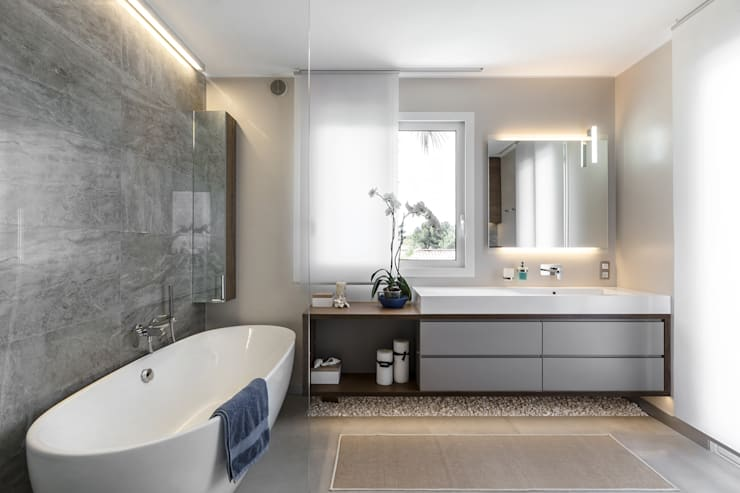 Contemporary details of the interior of villa near Monaco.: Bagno in stile in stile Moderno di NG-STUDIO Interior Design