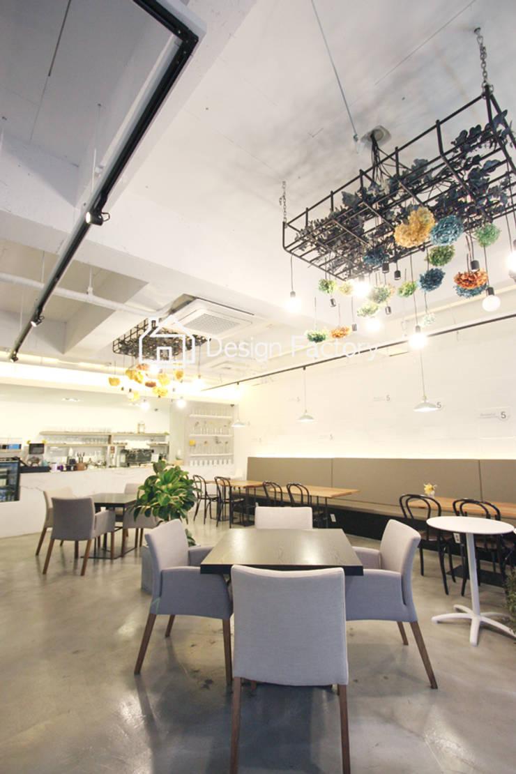 BRUNCH CAFE 'bonbeloo5': 디자인팩토리의  다이닝 룸,북유럽