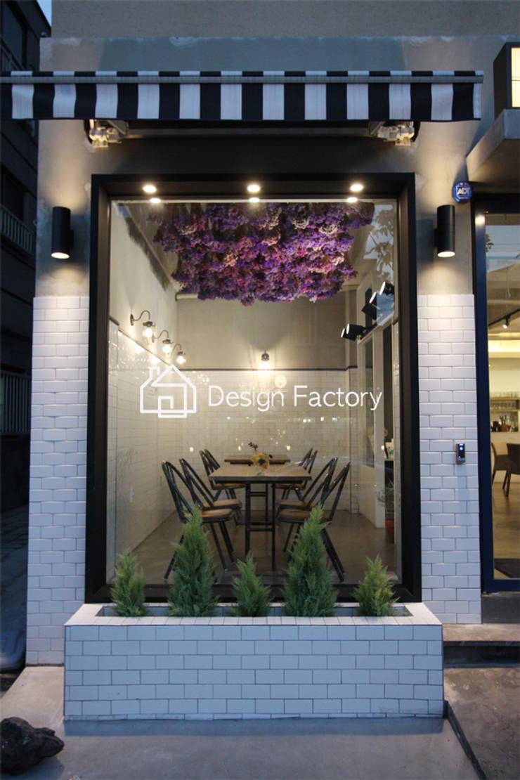 BRUNCH CAFE 'bonbeloo5': 디자인팩토리의  베란다,북유럽