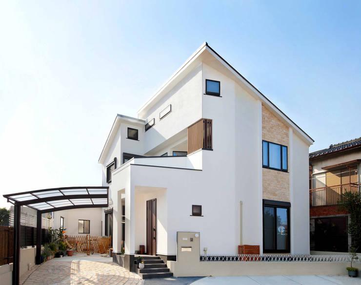 石畳と石壁をアクセントに配した家: 遊友建築工房が手掛けた家です。
