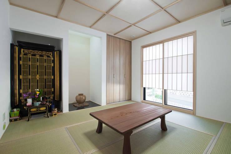 石畳と石壁をアクセントに配した家: 遊友建築工房が手掛けた和室です。