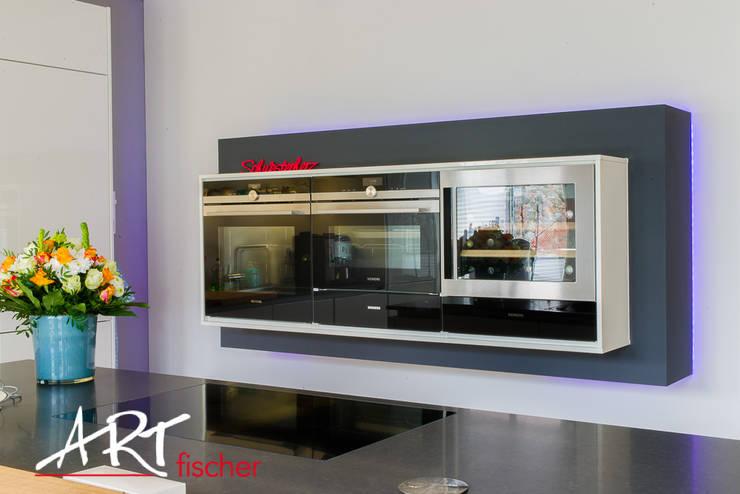 Küchenelement schwarz umrahmt mit LED-Beleuchtung:  Küche von ARTfischer Die Möbelmanufaktur.