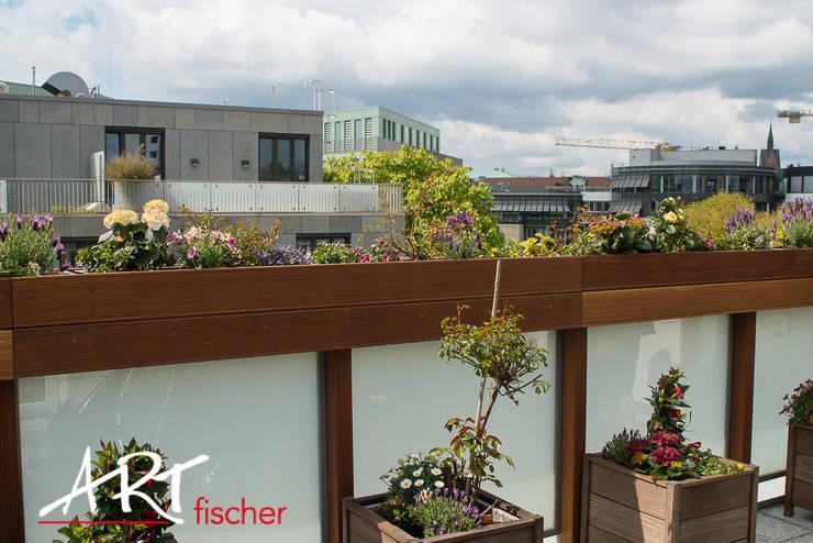Blumenkästen montiert auf der Ballustrade:  Terrasse von ARTfischer Die Möbelmanufaktur.
